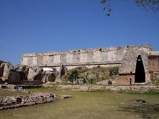 Vue extérieure du fabuleux Quadrilatère des Nonnes, symbole de la toute puissance de la cité d'Uxmal