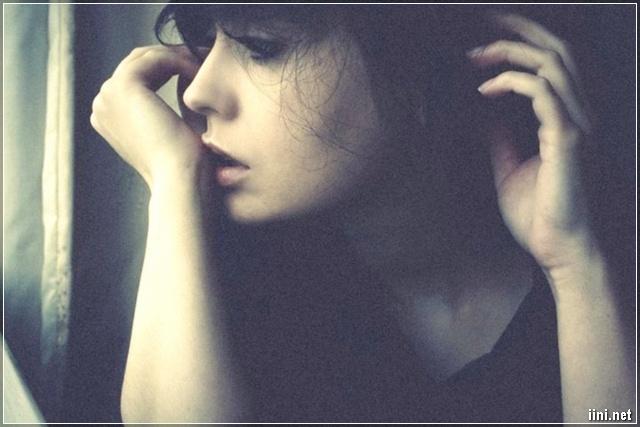 ảnh cô gái vừa buồn khóc vừa nhớ người ấy