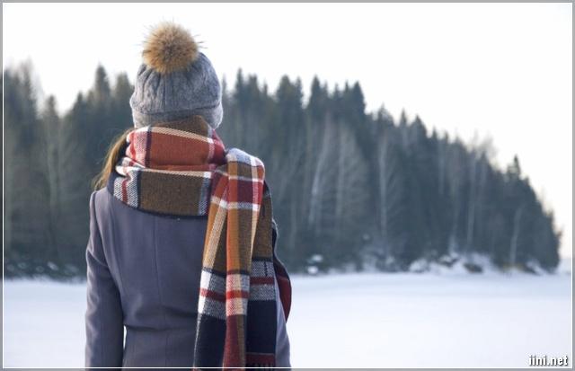 ảnh cô gái quàng khăn ấm đứng dưới trời mùa đông