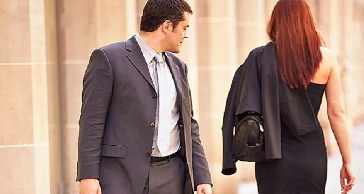 عقوبة أغرب من الخيال لكل واحد ينظر أكثر من 14 ثانية إلى امرأة في الطريق
