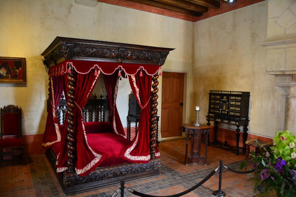 La chambre de Léonard, dans laquelle il passa ses derniers instants. De nombreux peintres ont représenté l'instant où François Ier étreignait l'artiste lors de son dernier souffle, mais ce n'est que pure fiction, car le Roi n'était pas présent lors de la mort de Leonard. Le 2 mai 1519, le génial italien expire et lègue de nombreuses oeuvres, croquis, dessins et manuscrits.