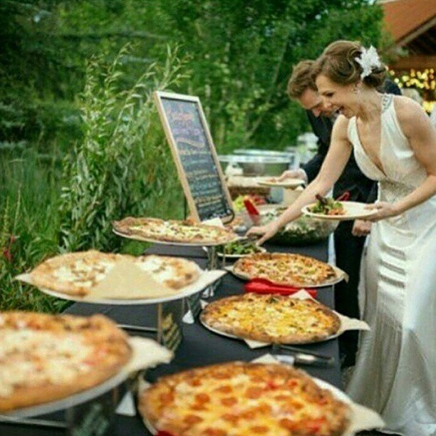 Noivos comendo pizza
