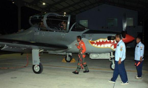 Super Tucano Terbang Malam di Malang