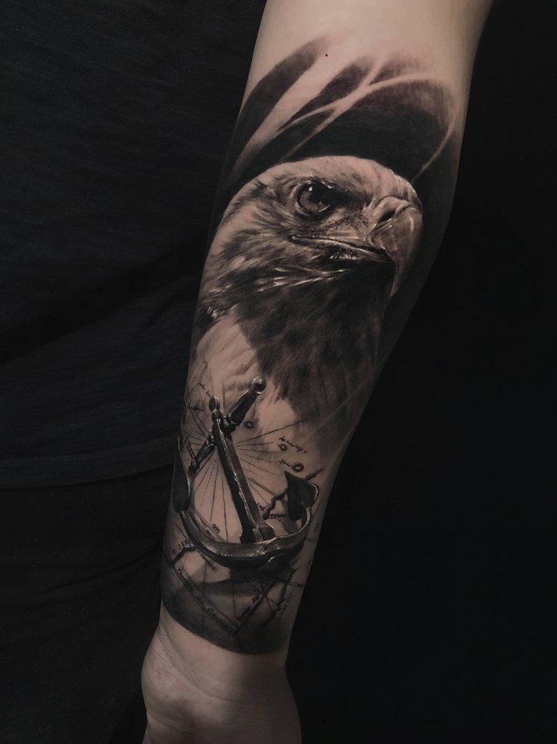 Vemos un tatuaje en blanco y negro de aguila