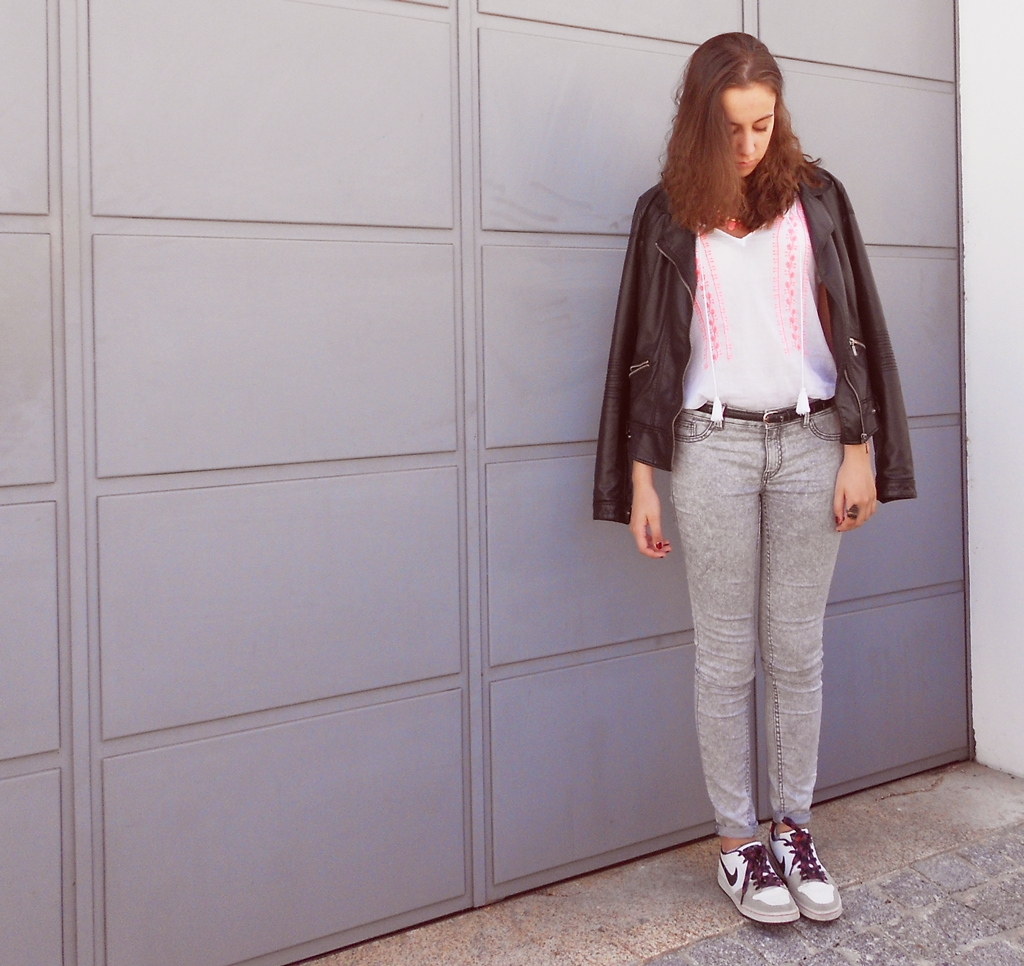 outfit | pink necklace