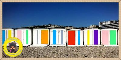 cabane plage couleurs rouge bleu vert blanc noir monchhichi gris bubbles content surprise normandie France plage mer transat kiki