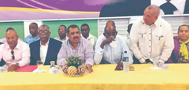 """Bajo la consigna """"El progreso se logra trabajando, Danilo cuatro años más"""", cientos de peledeístas de los seis municipios de esta provincia se congregaron en el Salón de Combate, una amplia estructura bajo techo, para pedirle al presidente Danilo Medina su repostulación para el periodo de gobierno del 2020-2024."""