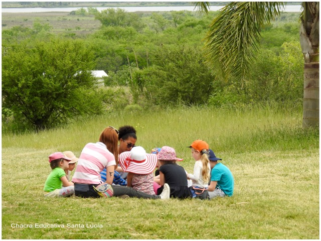 En ronda sobre el pasto, escuchando y participando - Chacra Educativa Santa Lucía