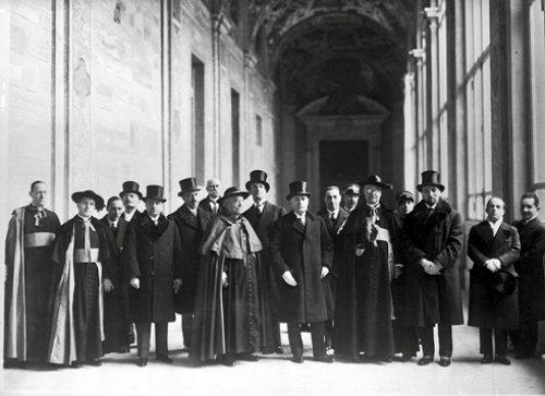 Autoridades eclesiais com Mussolini (ao centro)