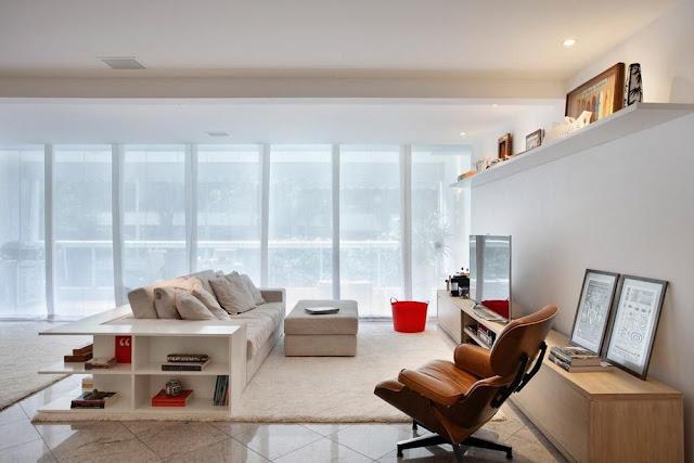sala clean detalhes vermelho prateleira parede televisao