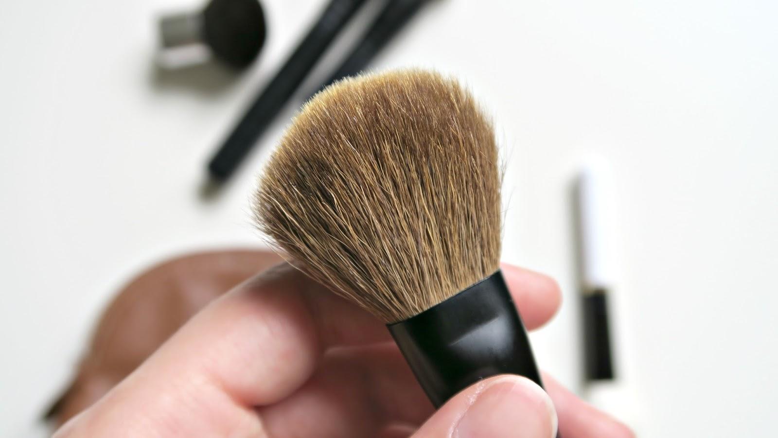 version miniature du blush brush de la marque nars, pinceau pour le teint en poils naturels