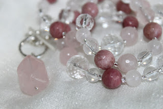 ruusukvartsi, rodoniitti, vuorikristalli