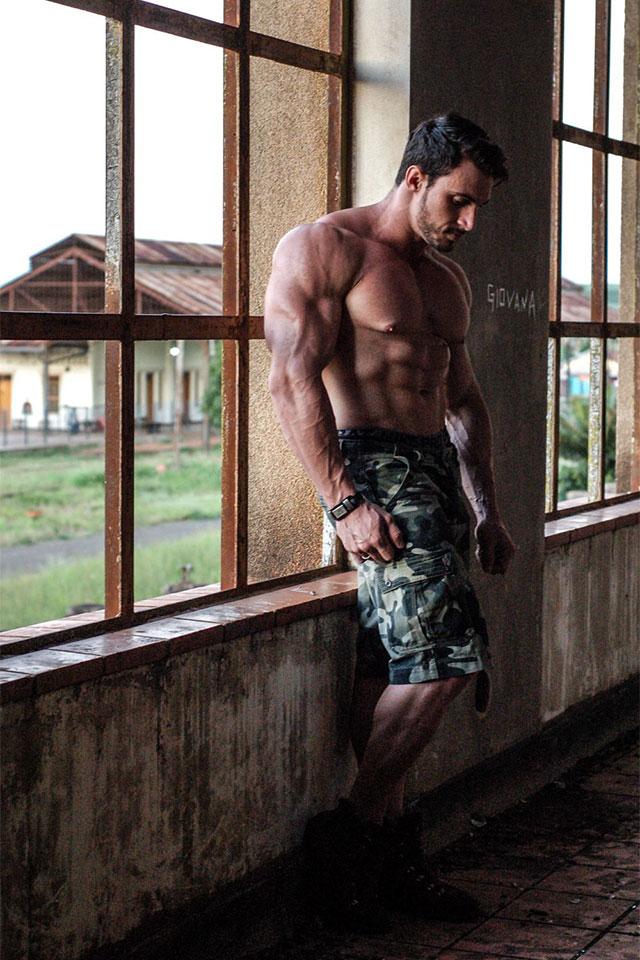 Paulo Ficcio, o Fitness Monstro, posa na Estação Ferroviária de Dois Córregos. Foto: Marcela Monteiro