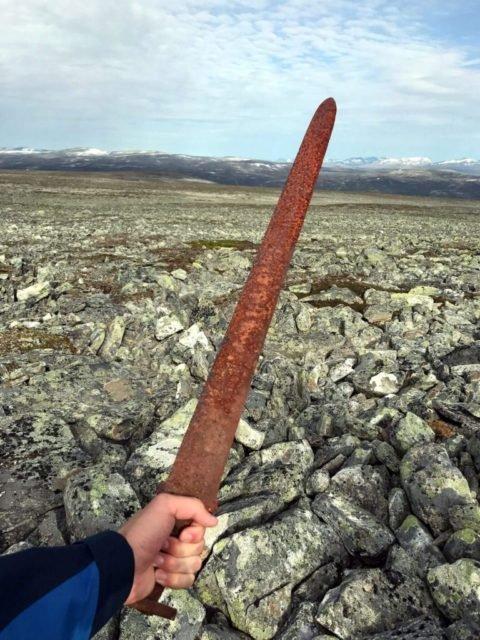 Essa que tem mais ou menos 1.200 anos foi encontrada nas montanhas da Noruega por um caçador. A foto é do exato momento e pode ser lido clicando neste texto.