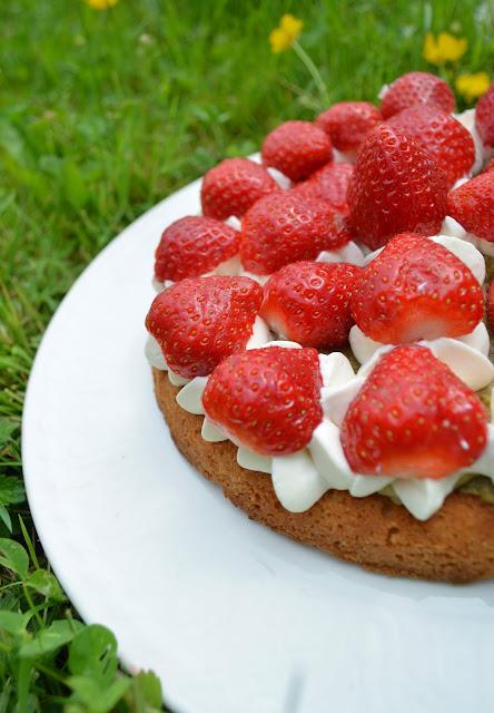 Gâteau breton à la rhubarbe et aux fraises