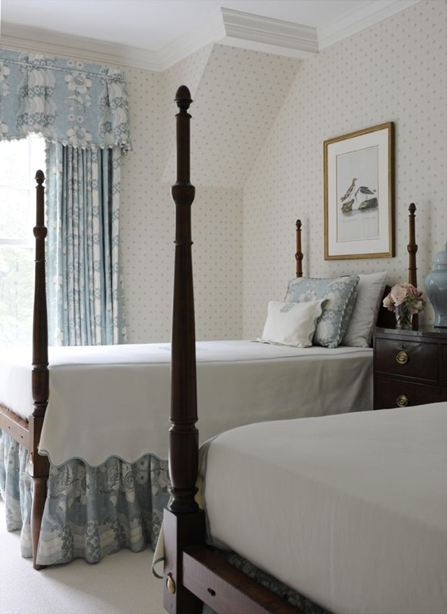 20 traditional blue and white bedrooms the glam pad for Traditional four poster beds