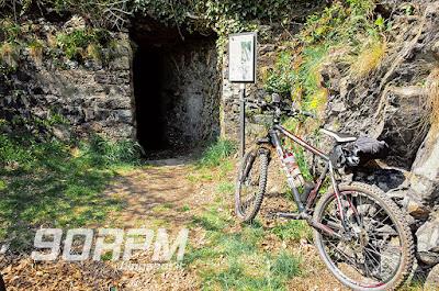 Bicicletta parcheggiata di fronte all'ingresso delle fortificazioni della linea Cadorna di Ornavasso.