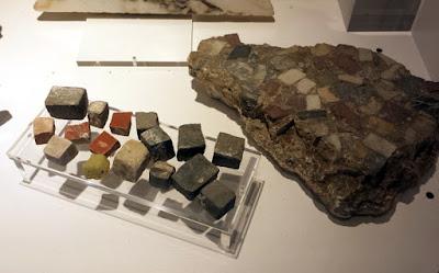 Pierres et tesselles en céramique utilisées dans la Bavay gallo-romaine.