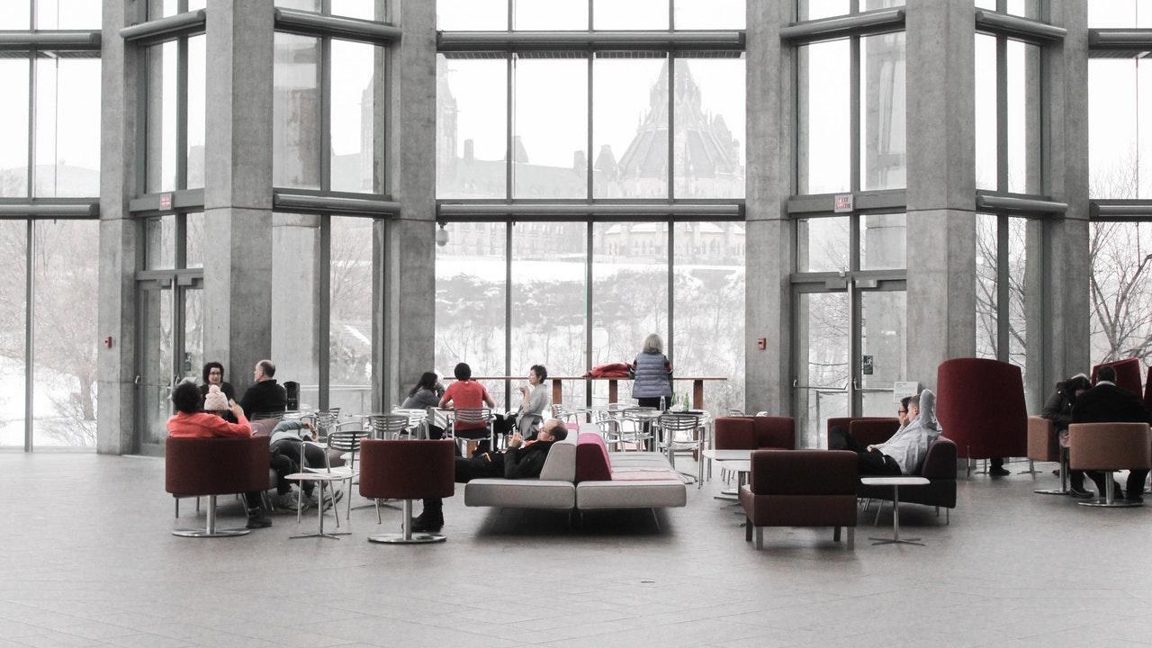 """Definición de Arquitectura de interiores  La arquitectura de interiores es el diseño de espacios comunes y objetos dentro de un espacio cerrado, ya sea una casa privada, un negocio, un espacio receptivo, un entorno de trabajo. El arquitecto de interiores suele asociarse con una figura más parecida a la de un diseñador de interiores, pero en realidad el diseñador presta especial atención a los aspectos prácticos y funcionales de la vida en la casa, como que los muebles tengan el tamaño adecuado, que se respeten los pasillos, que los muebles estén dispuestos de una manera cómoda y funcional, que los materiales y las tecnologías sean de buena calidad, que no hay peligros potenciales para la salud de los usuarios de estos entornos, la eliminación de barreras arquitectónicas, la renovación arquitectónica y la modernización para nuevos usos, que existe un buen aislamiento acústico, una buena relación entre el consumo de energía y el confort, que todo el entorno está en armonía entre el tamaño de los espacios llenos y el uso de los espacios vacíos.    Un interiorista en el campo de la decoración se ocupa del diseño de objetos y espacios para ambientes. No sólo piensa en la estética, sino también en los aspectos funcionales.    La misión de la arquitectura de interiores es expresar el alma del espacio que se le ha confiado. Si es posible, haga algo nuevo con el """"viejo"""". Investigar, imaginar, jugar con conceptos y materiales para crear una nueva personalidad para el medio ambiente.    El arquitecto interiorista en el diseño Un buen interiorista debe saber escuchar en la primera reunión un buen diseñador de interiores logra entrar en la mente de un cliente, comprender sus necesidades, sus sueños, su estilo de vida. Se basa en sus conocimientos y referencias para proponer un concepto del desarrollo embrionario. Tejidos, iluminación, atmósfera, colores, inspiraciones, muebles: formula su concepto al cliente en forma de fotos, bocetos, dibujos y proyectos. Evidentemente, todo de"""