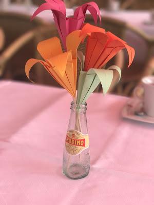 Tischdekoration mit Origami-Papierblumen, Hochzeitsmotto Flug der Kraniche, 1000 Origami-Kraniche zur Hochzeit, heiraten im Riessersee Hotel Garmisch-Partenkirchen, Bayern, Hochzeitsplanerin Uschi Glas, petrol und weiß