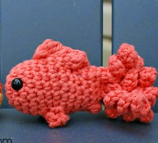 http://translate.google.es/translate?hl=es&sl=auto&tl=es&u=http%3A%2F%2Foombawkadesigncrochet.com%2F2014%2F10%2Flittle-amigurumi-fish.html