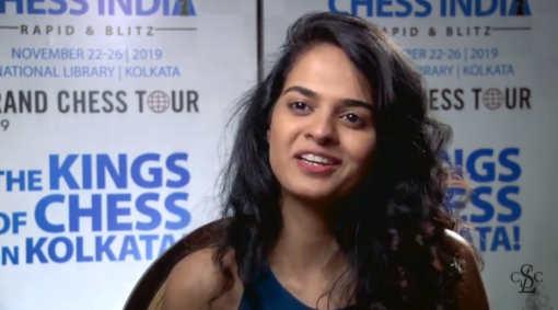La grand maître indienne Tania Sachdev interviewe les joueurs en anglais après leurs parties d'échecs © Capture vidéo Échecs & Stratégie