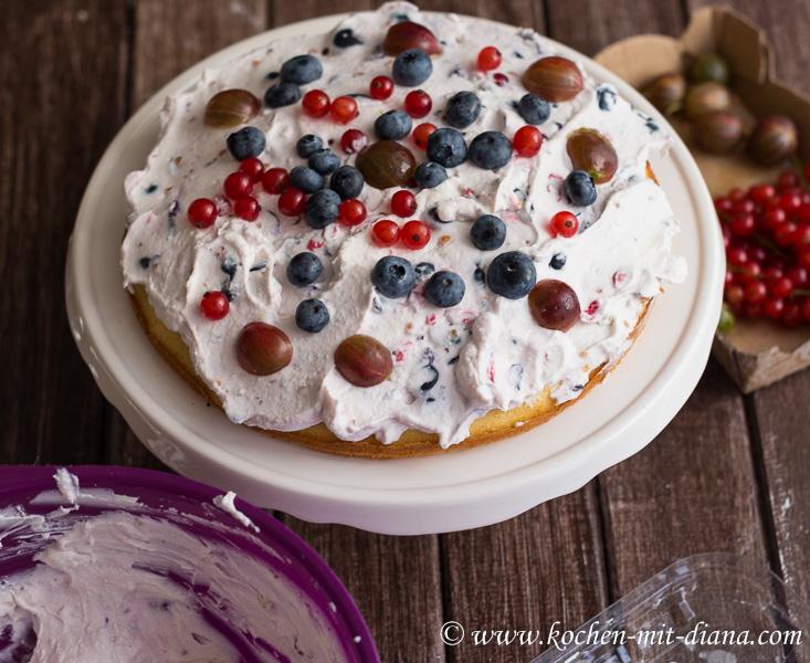 Beeren Torte dekorieren