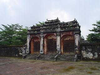 Puerta y monumentos en la Tumba Imperial Minh Mang en Hue
