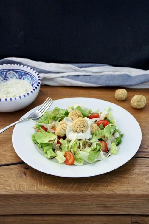 Sommersalat mit Kichererbsenbällchen und Tzatziki