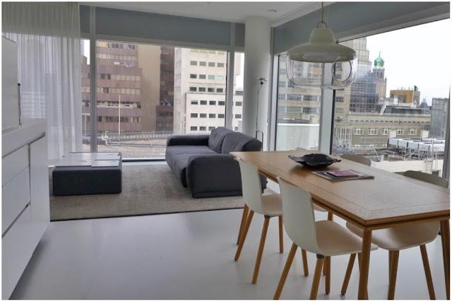 Zona comedor y salon en apartamento del apartotel Urban Residences en Rotterdam