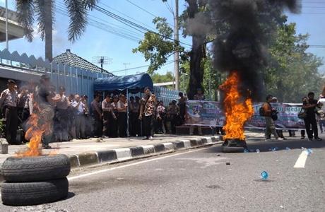 "Demo Bendera Terbalik, Teriakan ""Ganyang Malaysia"" dan ""Merdeka"" Terdengar Saling Bersahutan Dilontarkan Orator"