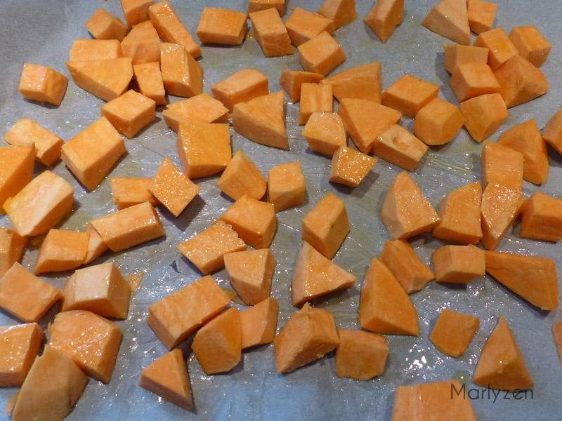 Enfournez les cubes de patate douce.