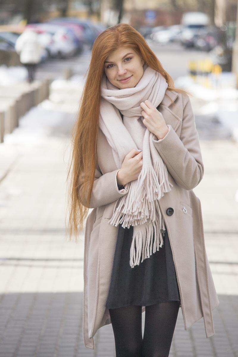 Płaszcz nude i sukienka z haftem