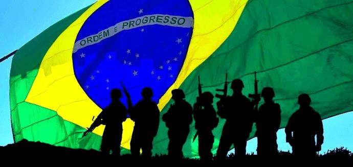 militares com a bandeira do Brasil ao fundo