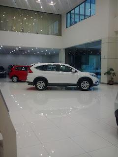 Mobil Honda CRV warna putih, terpajang di dealer honda, Kunjungi dealer mobil Honda