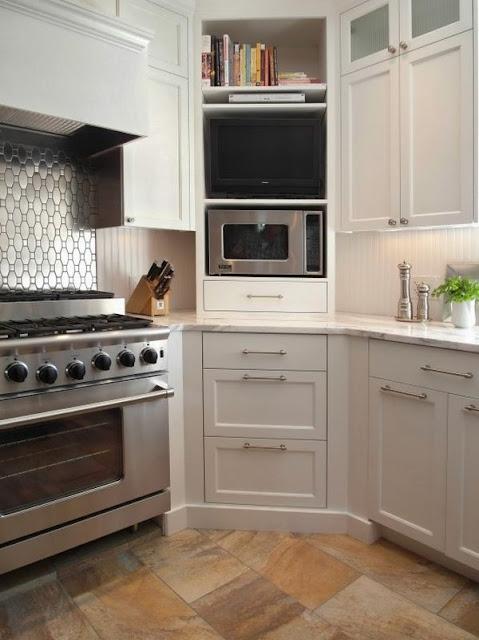 وضع المايكرويف في زاوية المطبخ لاستغلال المساحة