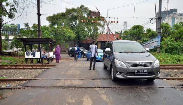 Viral! Mobil Mati Mendadak di Rel Kereta Berhasil Lolos Gara-Gara Pengemudi Lakukan Hal ini