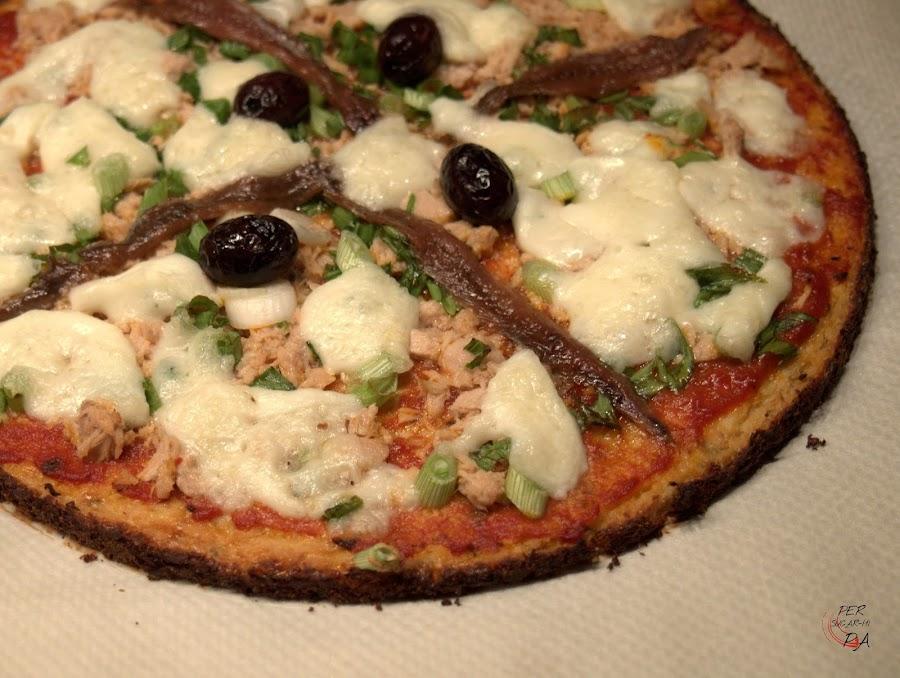 Falsa pizza con base de coliflor, una opción perfecta para celíacos, es glutenfree y está llena de sabor