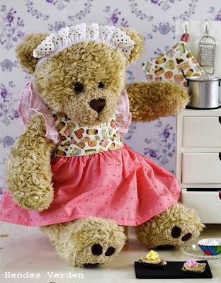 http://hendesverden.dk/handarbejde/syning/Fin-forkladekjole-til-Build-a-Bear/
