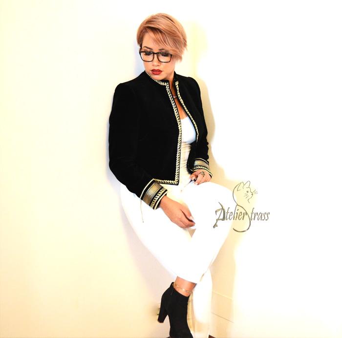 look blanco con Chaqueta de tercipelo