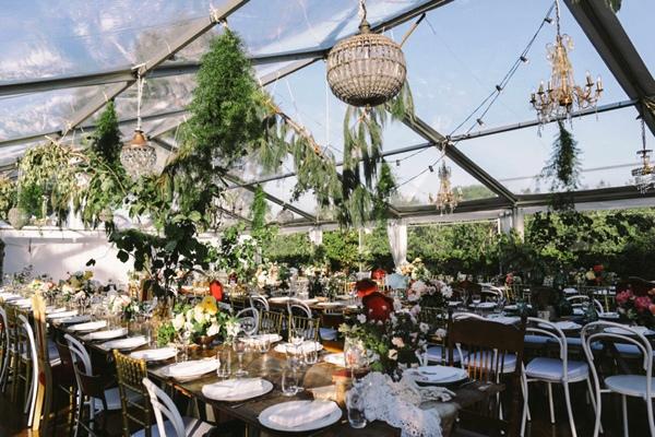 convite de boda en un viejo invernadero