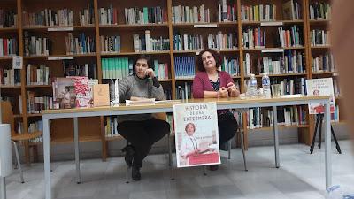 imagen de la presentación de la novela «Historia de una enfermera» se ve a la autora, Lola Montalvo y a la bilbiotecaria, MªCarmen García Hidalgo con los libros publicados