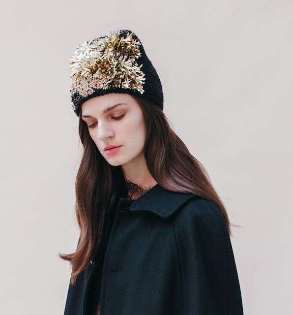 elegante berretto ricamato Jennifer Behr Aurora, nero e oro con paillettes