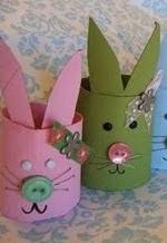 http://manualidadesreciclables.com/12897/conejitos-de-pascua-con-rollos-de-papel-higienico