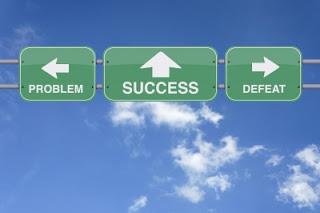 Placas-indicando-a-direcao-para-sucesso-problema-e-derrota