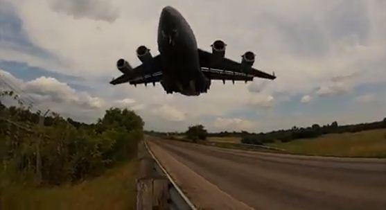 C-17 Globemaster mendarat rendah