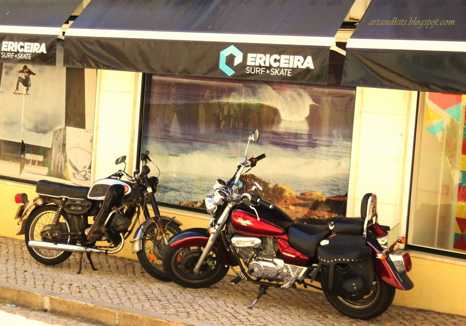 Não me ocorrendo muito para dizer sobre esta foto, tirada na zona comercial, mesmo no centro da Ericeira... resta-me associá-la à única música, que sempre me vem à mente... quando o tema é motas... vejam o link no post... / Not occurring me much to say about this photo, taken in the commercial area, right in the center of Ericeira... I have nothing left but associate it with the only song that always comes to my mind, when the topic is... motorbikes... see the link on the post...
