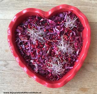 rode koolsalade in rode hartvormige schaal