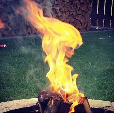 api menyala membentuk sosok orang