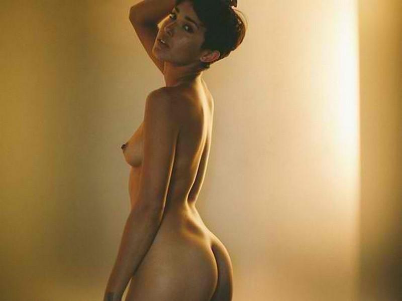model seksi rambut pendek toket cilik sedang sesi pemotretan foto bugil di hotel